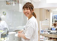 幸せのパンケーキ 求人 キッチンスタッフはもちろん、ホールスタッフも大歓迎!明るい笑顔でお客様を迎えてください。
