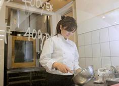 有限会社 モグモグ パンケーキは専属のパティシエスタッフが調理します。