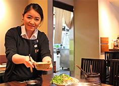 にんぎょう町 谷崎 サッと焼いた黒毛和牛のサーロインステーキは人気の一品。高級食材の黒毛和牛をはじめ、銘柄肉の扱い方も勉強できます◎
