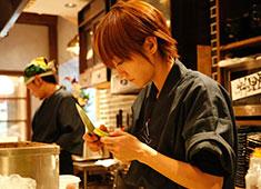 ふもと赤鶏 馬喰町店 女性スタッフもカウンターに立って料理しています!男女関係なく活躍できる環境ですよ!