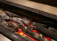 炭焼き よし鳥 ▲紀州備長炭で焼き上げる至福の一本!炭の組み方や串打ちなど、焼き上がりを大きく左右する技術もきちんとお教えします。