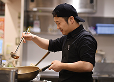 イートアンド株式会社EAT&Co.(東証一部上場)大阪王将事業部 求人 店舗マネジメントはもちろん、社員研修、本社と現場の橋渡し(スタッフサポート)等人のマネジメントも大事なお仕事です。