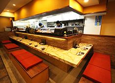 料理人のいる魚屋 かず家、他 求人 お客様の反応が直に伝わるオープンキッチンなのでやりがい溢れる環境!