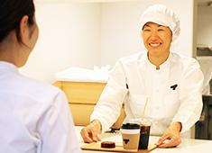 TORAYA CAFE/株式会社 虎玄(虎屋グループ) 求人 丁寧で質の高い、とらやクオリティのサービスを心がけ、お客様に心地良い空間と時間を提供します。
