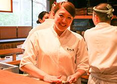 「まんてん鮨」「すし天」「SUSHI TOKYO TEN、」/株式会社シーエージェント 求人 まったくの未経験で入社した寿司職人の佐藤さん。今ではカウンターに立ち、お客様に寿司を握っています。