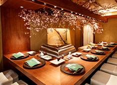 天ぷら 元吉(もとよし) 求人 春は桜、夏は新緑、秋は紅葉など、店主自ら生けた季節の樹木が美しく彩る空間。