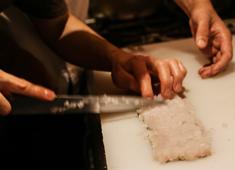 「オトナノイザカヤ中戸川」「キガルニワショク弾」 求人 【ある日の仕込みパート3】引き続き和食の厨房で、鱧の骨切りの練習!イタリアンも和食も学べるとはこういうことです!