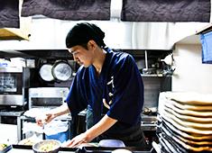 料理人のいる魚屋 かず家/真打 かず家 国分寺店 求人 キッチンスタッフは最低でも月給27万円、料理長は同じく35万円を保証!研修期間終了後、頑張りに応じ昇給も!