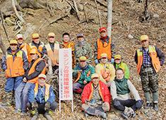 際コーポレーション 株式会社 求人 「虎萬元」料理長の岡田氏(右下)と猟友会の皆さん。この出会いが、素晴らしい食材に繋がりました。