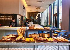 株式会社ドリームスタジオ/鳥歐(トリオウ)・CAFE STUDIO BAKERY・café STUDIO 求人 近隣のOL・サラリーマンの支持されているパンをアイテム数豊富に提供しています。