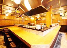 大衆酒場レインカラー(Rain Color) 求人 「コ」の字型のカウンター。お客様との距離も近く、料理のリアクションも丸見えです!