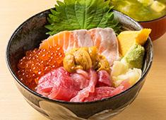 株式会社 Mevius Food Navigation/「魚がし料理 粋のや」「築地 海鮮丼 大江戸」 求人 「築地 海鮮丼 大江戸」では、常時約40種類のメニューを提供。期間限定のメニューも!