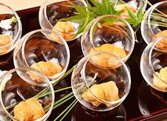 株式会社 プレジャーフーズ(江戸前鮨事業部) 求人 旬や走りを大切にする江戸前鮨の伝統を守りながらも、斬新なメニューや美しい盛り付けでお客様を楽しませています。