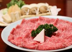 ホテルニューオータニ 岡半 求人 厳選した最高級霜降り牛肉を、熟達した焼き手がお席にてお客様のお好みに合わせて焼いています。