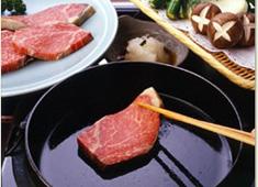 ホテルニューオータニ 岡半 求人 すき焼のみならず、しゃぶしゃぶやオイル焼きも人気です。外国人の方もこの味を求めて多数来店します。