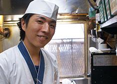 渋谷 鳥竹総本店/株式会社 鳥竹 求人 入社3年半 Mさん(29才) 専門学校卒業、都内の寿司店へ。友達から渋谷の「鳥竹」が美味しいと教えてもらい入社。