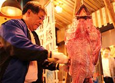 2020渋谷再開発プロジェクト事業部/株式会社 浜倉的商店製作所 求人 日立久慈漁港の漁師を招きアンコウ解体ショーを開催!今後も生産者さんを店舗に招き、イベントやフェアなどを多数開催!