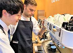 OGAWA COFFEE LABORATORY/株式会社小川珈琲クリエイツ 求人 京都を中心に直営店を展開。今回は初めて店内焙煎に挑戦!グレードの高い一杯に合わせた料理を提供していただきます。
