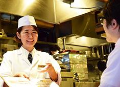 和食と立ち喰い寿司 NATURA 求人 女性社員も多数活躍!働きやすい環境でスタッフを大切にする職場だからこそメリハリもって仕事ができます。