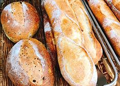 PIZZA&wine&CAFE BAR DADAKKO(バルダダッコ)/ベーカリーKiBuN屋(キブンヤ) 求人 こだわりのつまったパンが常時100種類!1品ずつ丁寧に作っているから、多くの方に愛されています!
