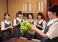 室町砂場 求人 ホールは女性スタッフも多く活躍しています。