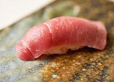 すし処 海味(うみ) 求人 ▲その時期一番おいしい産地のものを日本全国から仕入れ、豊洲市場はもちろん、各産地の漁師から直接仕入れることも!