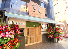 株式会社 梅丘寿司の美登利総本店 求人 昨年リニューアルした「梅丘本館」。店舗から歩いて1分の場所に社員寮(1Rマンション)も完備しています。