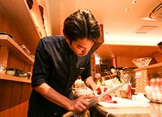 「キガルニワショク弾」 求人 【ある日の仕込み風景】和食の厨房で、一定時間和食の仕込みをし、イタリアンの厨房へ移動(右のパート2へ)