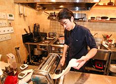 「キガルニワショク弾」 求人 【ある日の仕込みパート2】イタリアンの厨房で、生パスタを仕込み中!このように和食だけでなくイタリアンも学べます。