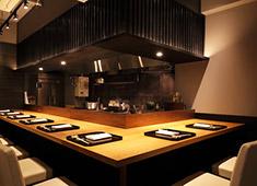「神宮前はなれ」「南青山ひふみ」 求人 【神宮前はなれ店内】開放的かつ落ち着いた空間の中、コース料理を楽しんでいただいております。