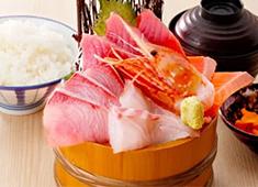 「築地食堂 源ちゃん」/株式会社 サイプレス 求人 「源ちゃん」は新鮮魚介をリーズナブルに提供する、その名のとおり、美味しい料理を求めて人々が集まる食堂です。