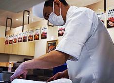 「ABURI百貫」/株式会社 サイプレス 求人 「ABURI百貫」では、寿司調理の経験が浅い方から経験豊富な職人さんまで広く歓迎!