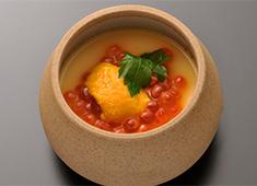 株式会社 プレジャーフーズ(江戸前鮨開業事業部) 求人 旬や走りを大切にする江戸前鮨の伝統を守りながらも、斬新なメニューや美しい盛り付けでお客様を楽しませています。