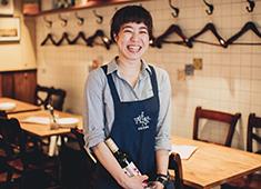 株式会社 魚金(うおきん) 求人 若手~ベテランまで幅広い年齢層のスタッフが活躍しているのも、魚金の特徴のひとつです!女性スタッフも現場で多数活躍中