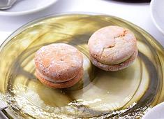 オステリア インクローチ 求人 イタリアの伝統菓子『貴婦人のキス』をもとにインクローチらしい現代的な手法と感性で再構築したオリジナルの菓子です。