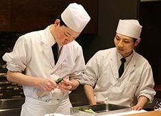 【日本料理 醇泉】/勝山企業株式会社 求人 日本料理 醇泉のオープンキッチン。とてもいい雰囲気で非日常的な空間があります。