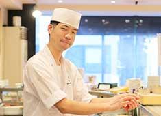 株式会社 梅丘寿司の美登利総本店 求人 各地から仕入れる魚介。鮮度と質の高さが美登利の人気の秘訣です。