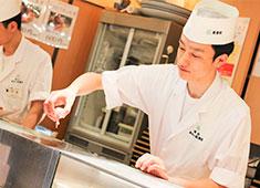 株式会社 梅丘寿司の美登利総本店 求人 高卒や専門学校卒などまったくの未経験から入社されても、数年後にはしっかりと一人前に成長できます。