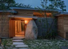 HINOMORI(株式会社アクアイグニス) 求人 「素粋居」には、土、石、漆喰、木、漆、和紙、硝子、鉄等の自然素材で作った12棟のヴィラと3つのレストランがあります