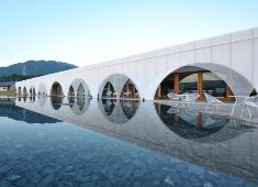 HINOMORI(株式会社アクアイグニス) 求人 歩いて2分の場所には「癒」と「食」の総合リゾート「アクアイグニス」があります